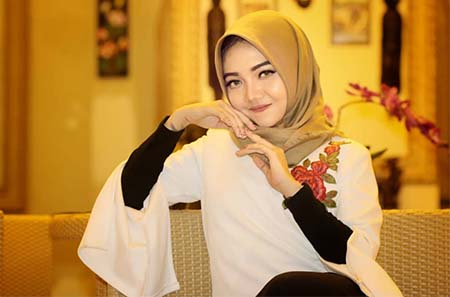 Syahiba Saufa Pakai Jilbab Coklat
