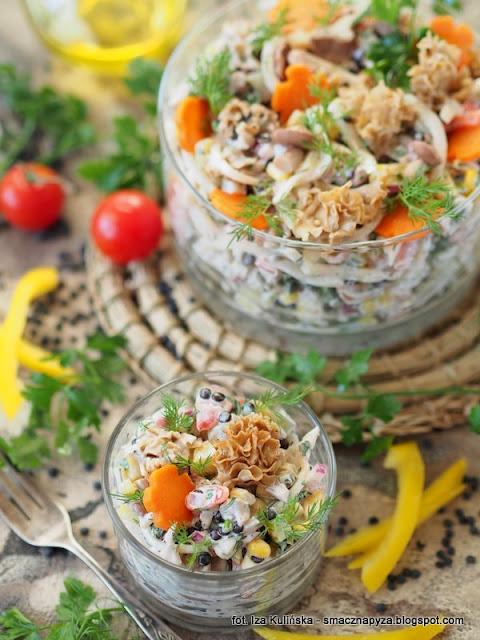 salatka wieloskladnikowa, salatka z marynowanymi grzybkami, salatki, salatka imprezowa, szmaciak galezisty, siedzun sosnowy, grzyby marynowane, jak zrobic pyszna salatke
