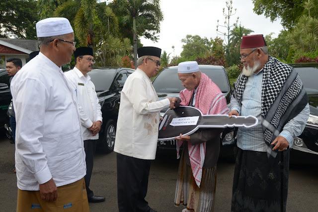 Zaini Abdullah Serahkan Mobil Inova Untuk Ulama Aceh