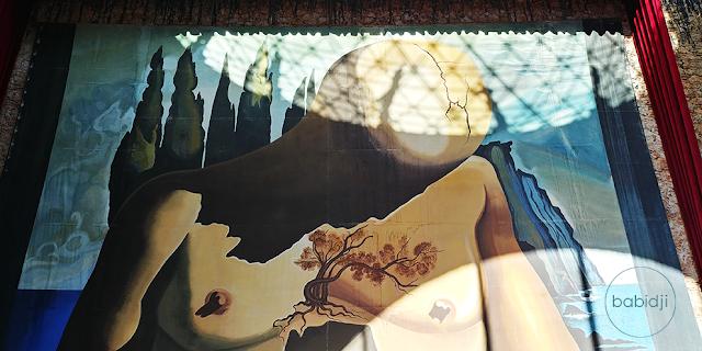 peinture magistrale peinte par Dali avec corps de femme sous la coupole du musée à Figuères