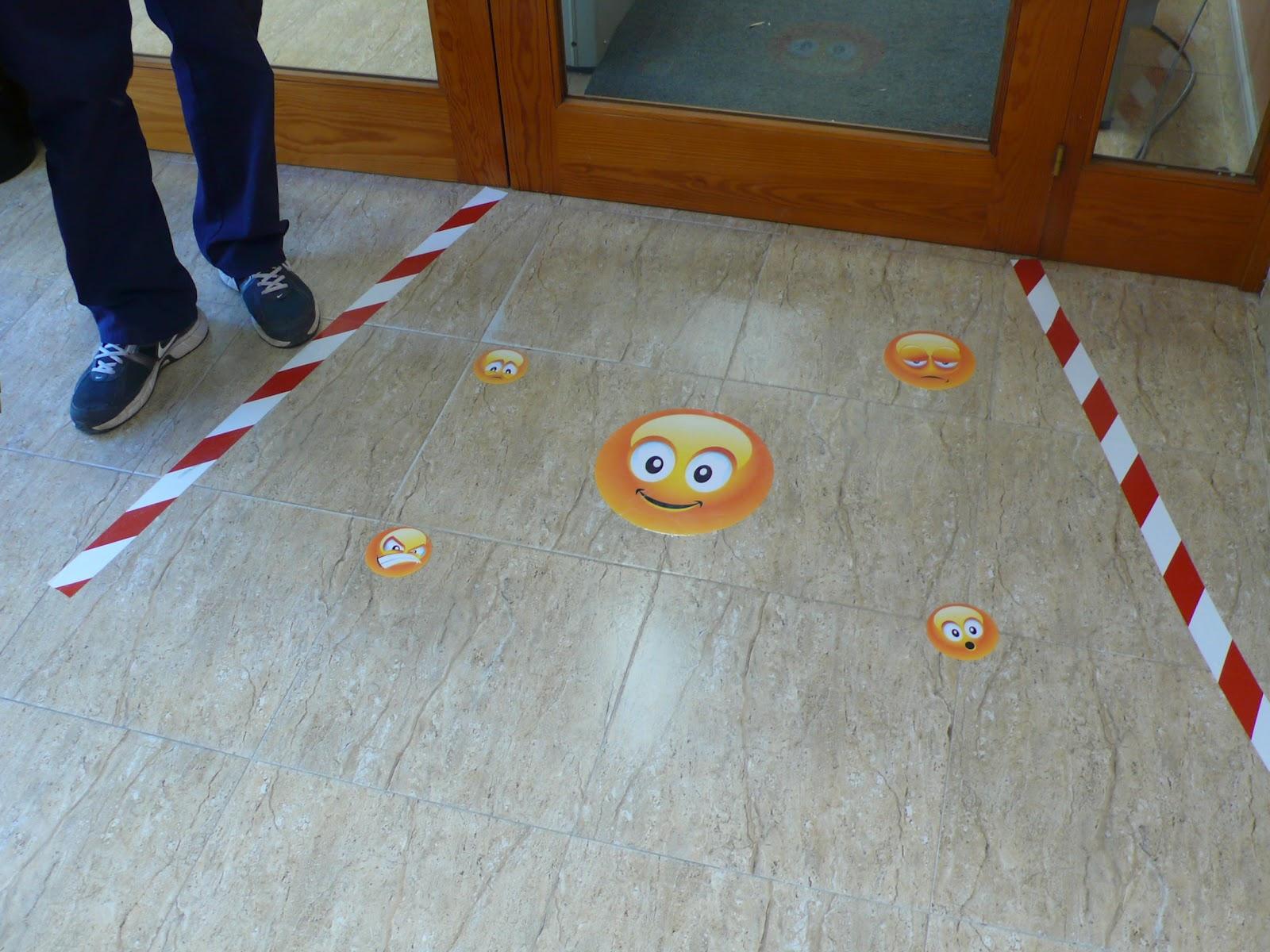 Arte y educaci n instalaciones art sticas en espacios - Pegatinas para la pared ...