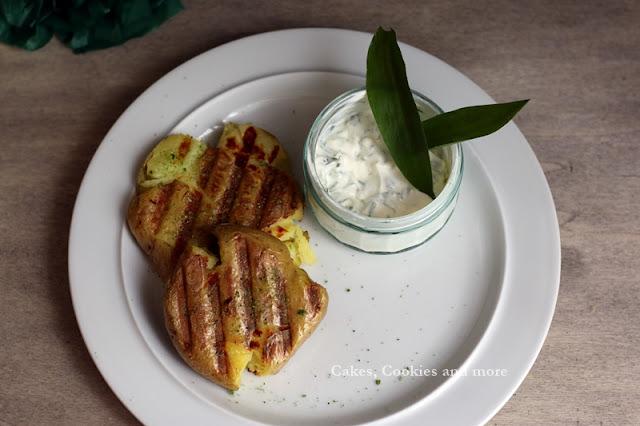 Grilled smashed Potatoes mit Käuterquark und Bärlauchsalz - Rezept