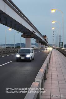 道路の上を走るモノレール写真