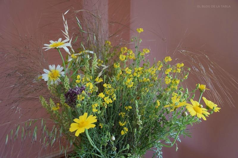 Flores silvestres en jarrón. Chrysanthemum coronarium, Coronilla valentina subs. glauca, Allium ampeloprasum, Stipa parviflora, Avena Sativa