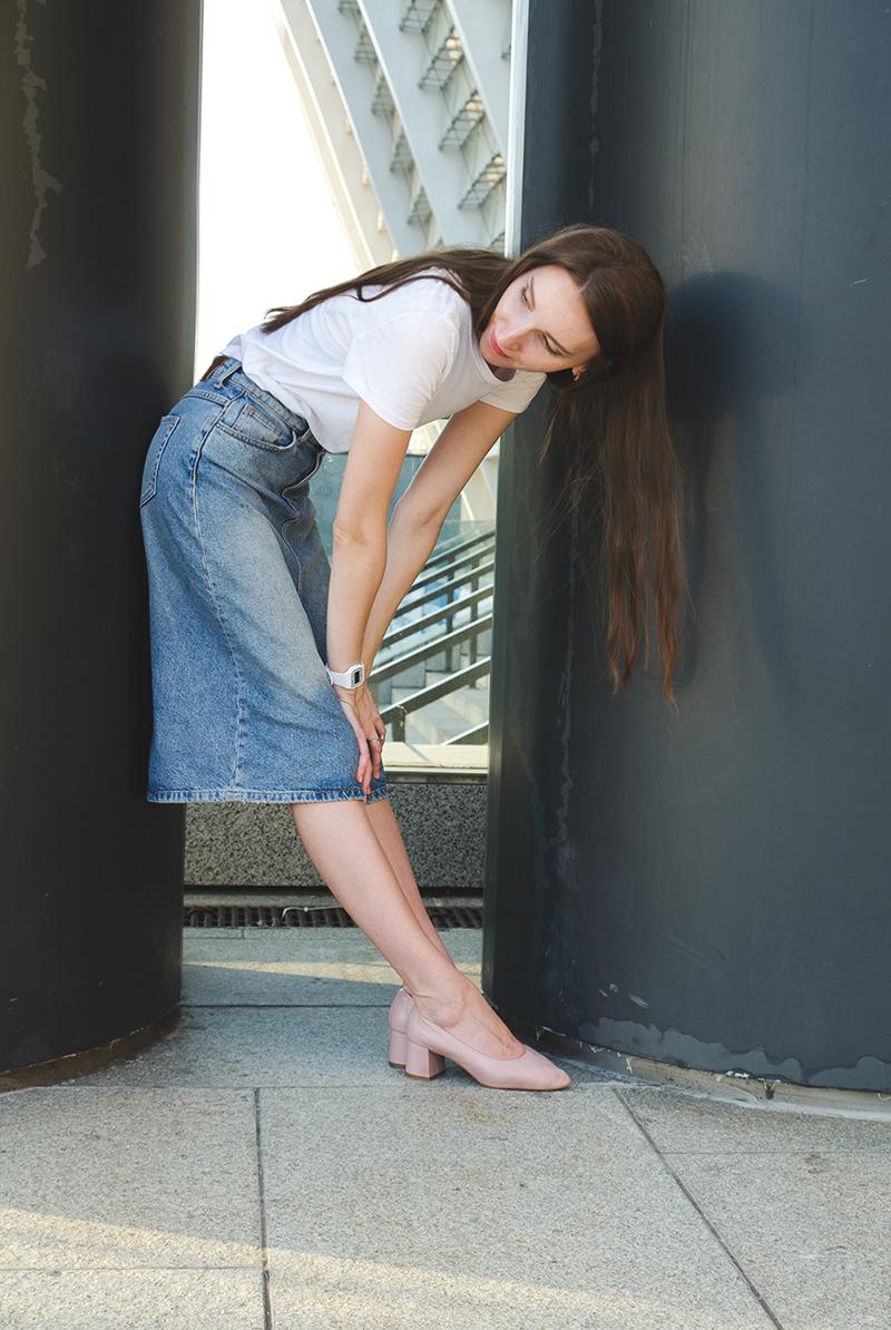 Туфли цвета пыльной розы Mango и джинсовая юбка