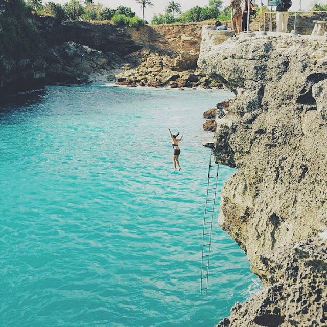 foto cliff jumping di nusa ceningan