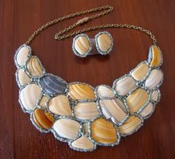 http://creacionesbatiburrillo.blogspot.com.es/2013/08/gargantilla-y-pendientes-de-conchas.html