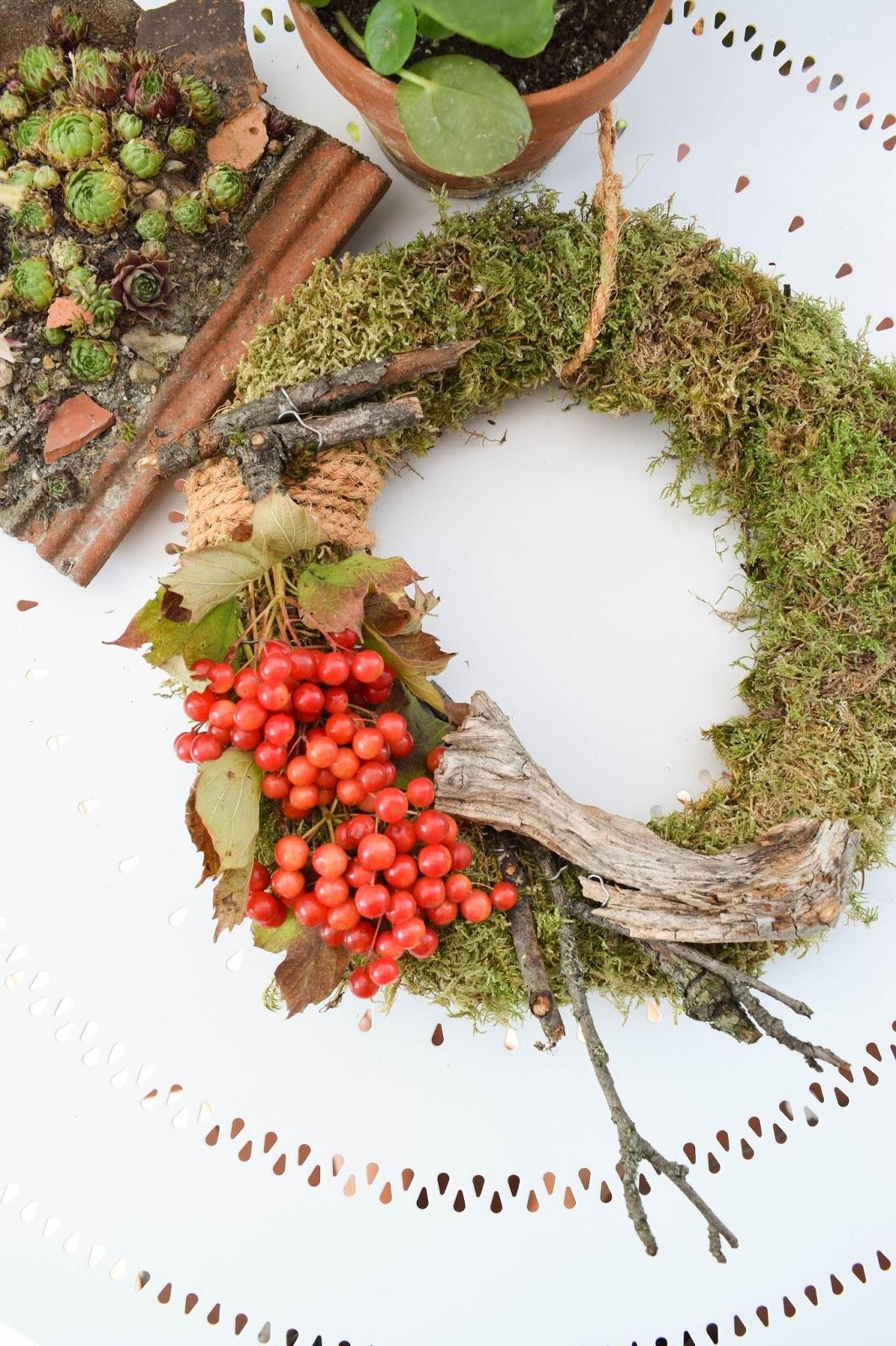 DIY Mooskranz einfach selber machen mit Moos Beeren Holz und Sisal. Naturdeko Anleitung zum Kranz binden. Dekorieren mit Natur. deko herbst herbstdeko