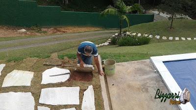 Bizzarri fazendo a execução de um piso de pedra com junta de grama, sendo esse piso com pedra cacão de São Tomé em casa em condomínio na Cantareira. 6 de fevereiro de 2017.