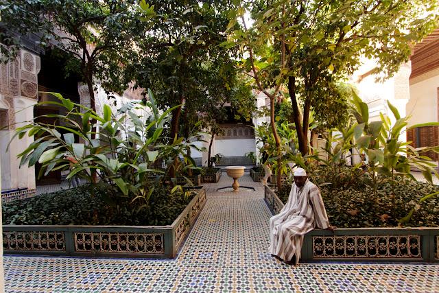 Marroquí sentando en uno de los patios del Palacio Bahía