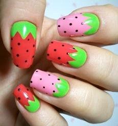Foto de uñas con diseño de fresa