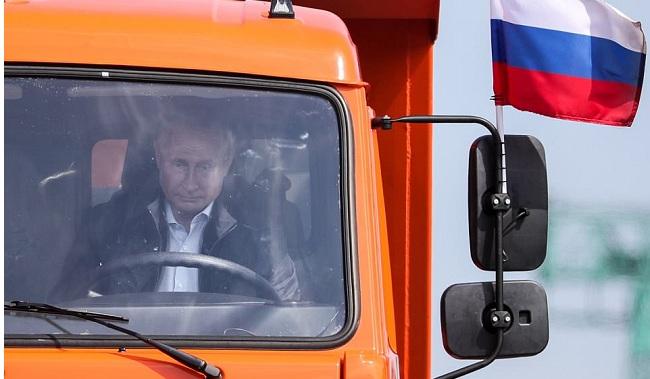 Ο Πούτιν εγκαινίασε τη γέφυρα της Κριμαίας οδηγώντας φορτηγό για 19 χιλιόμετρα