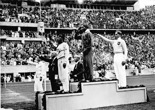 Jesse Owens en el podium