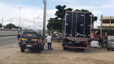PRF abordando caminhão com placa clonada
