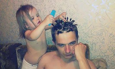 Hija peinando a papá