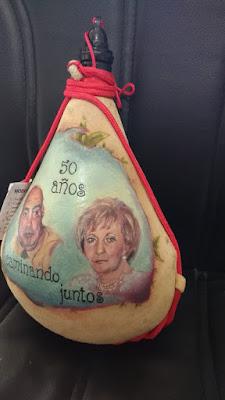 Retrato de mujer en una bota de vino