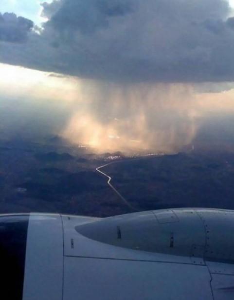 [POTRET] Penampakan Hujan Dari Pesawat