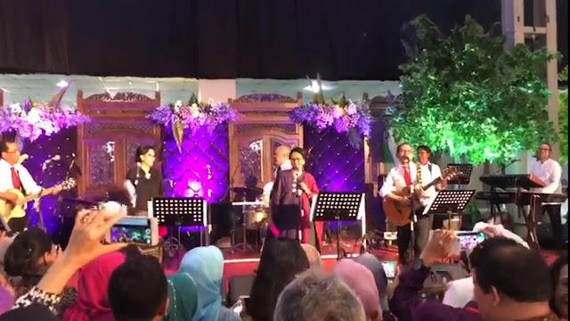 Menteri Kabinet Kerja Jokowi, Membuat Grup Band di pernikahan putry Mensesneg