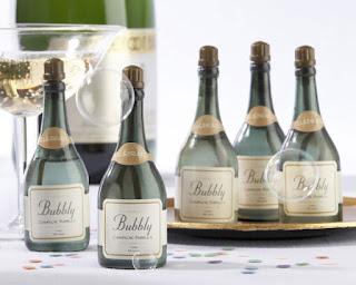 unos originales pomperos con forma de mini botella champagne con burbujas en su interior para dar un toque divertido a vuestra boda, los puedes comprar online