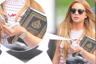 Tertangkap Foto Membawa Alquran, Apakah Artis Hollywood Lindsay Lohan Masuk Islam?