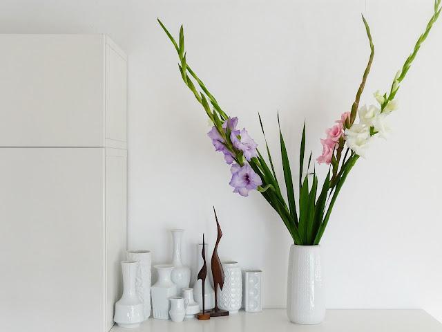 Styling-Idee für Sideboards mit Gladiolen - https://mammilade.blogspot.de - 5 Lieblinge der Woche