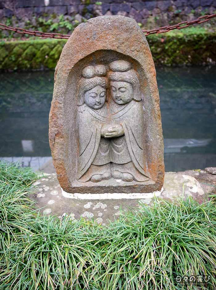 statue couple jizô sur le bord du canal de kinosaki