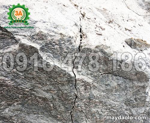 Vết nứt được tạo ra từ lực trương nở của bột nở tách phá đá 3A