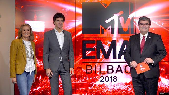 El diputado general de Bizkaia entre los alcaldes de Barakaldo y Bilbao, en la presentación de los premios MTV