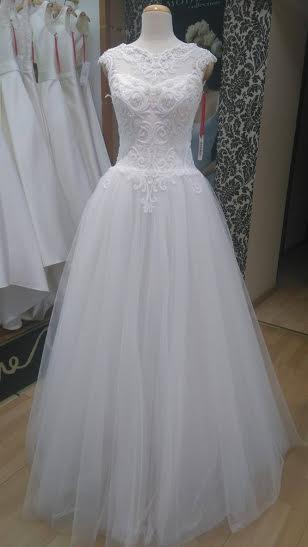 Zwiewna, koronkowa suknia ślubna