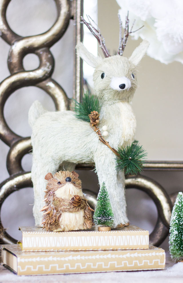 Such sweet little woodland animals in this Christmas mantel!