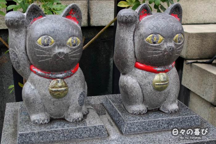 duo de statues de maneki neko noir a l'imado jinja