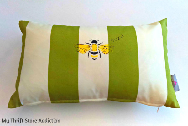 DIY Stenciled Bee Pillow mythriftstoreaddiction.blogspot.com Stenciled outdoor bee pillow, buzz!