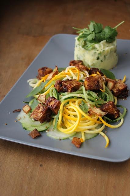 Gurken-Zucchinisalat mit knusprigem Erdnusstofu