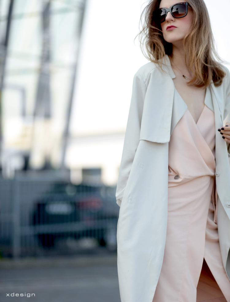 pastelowa sukienka Natalia Siebula i lejący płaszcz