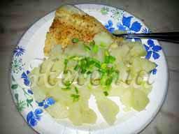 выкладываем рыбу с картошкой на тарелки , посыпаем зеленью