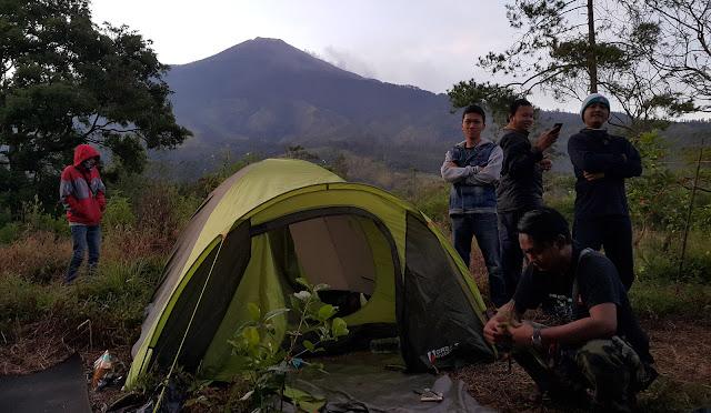 pemandangan bukit krapyak mojokerto di belakang pegunungan argopuro