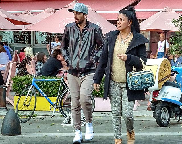 Pareja de turistas paseando por centro de la Recoleta.