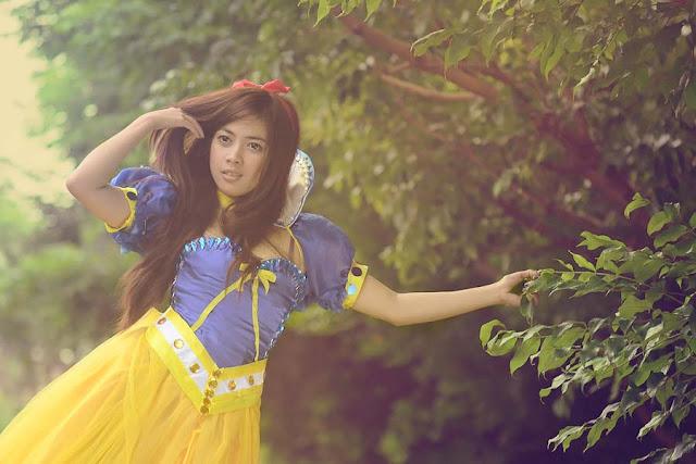 foto cewek igo cantik manis sedang memainkan tangannya dengan berbaju gaun ala snow white