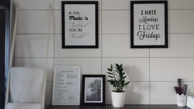 biała drabina w łazience, biała szafka łazienkowa, biała szafka łazienkowa z lustrem, czarno biała łazienka, drewniana szafka łazienkowa, kosz Knodd Ikea, skandynawska szafka łazienkowa, szprosy X,  plakaty w łazience
