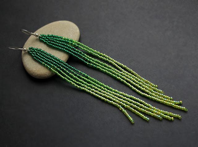 Купить длинные зеленые серьги из бисера в интернет-магазине авторской бижутерии ручной работы. Вечерние серьги зеленого цвета.