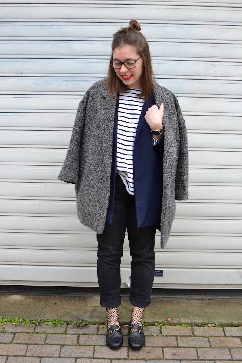manteau gris chiné H&M, jean noir Mango, mocassins, mariniére, blazer bleu marine, chaussettes résille