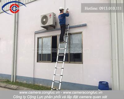 Hình ảnh kỹ thuật viên Camera Cộng Lực cung cấp và lắp đặt hệ thống camera quan sát.