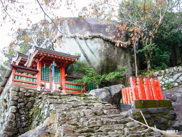 和歌山県新宮市「神倉神社」の拝殿とゴトビキ岩