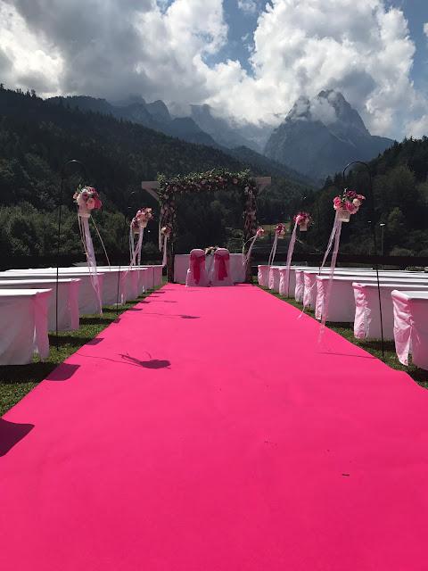 Trauung unter freiem Himmel auf der Bergwiese, Pink travel themed wedding - Reise ins Glück Hochzeitsmotto im Riessersee Hotel Garmisch-Partenkirchen, Bayern Sommerhochzeit im Seehaus in den Bergen, Hochzeitsplanerin Uschi Glas