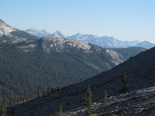 Blick hinunter über Virginia Canyon, dahinter die Cathedral Range