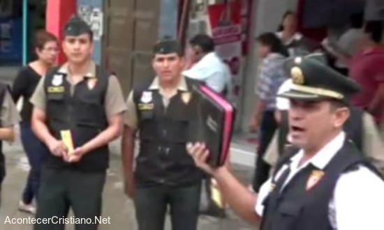 Policías peruanos predican en las calles