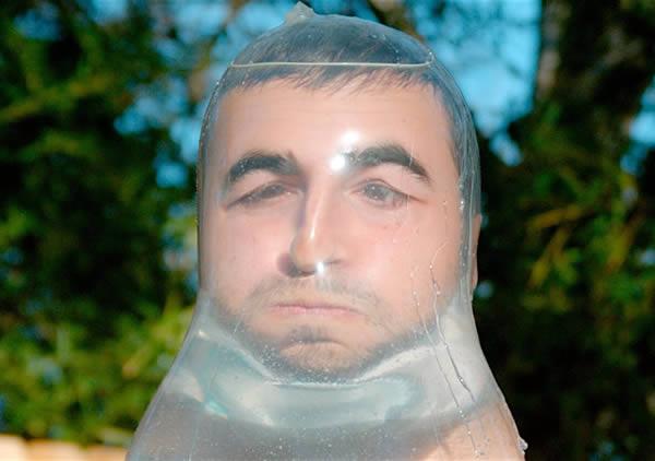 Lomba topeng dari kondom bekas!