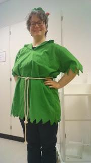 Katarina i grön Peter Pan-tunika och hatt.