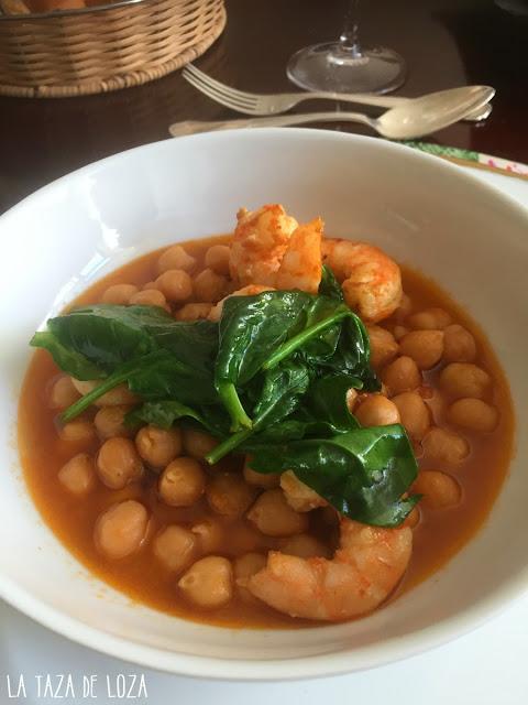 Garbanzos-con-langostinos-y-espinacas-frescas