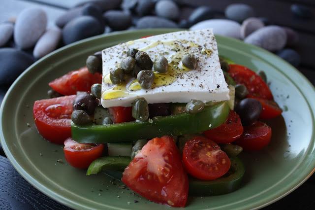 kreikkalainen salaatti santorinilaisittain santorini santorinin salaatti fetasalaatti kreikka